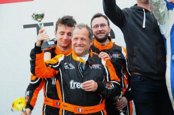 Funcup-Le-Mans-2016-Sur-le-podium-Didier-Robin-et-ses-deux-fils-sur-la-seconde-marche-Photo-Daniel-Noly
