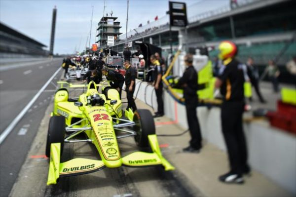 INDYCAR-2015-INDY-500-SIMON-PAGENAUD-devant-son-stand.
