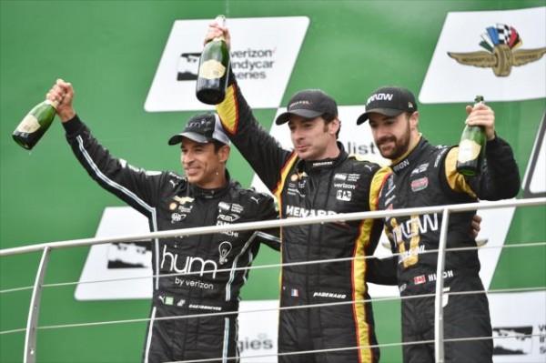 INDYCAR-2016-SIMON-PAGENAUD-avec-HELIO-CASTRONEVES-et-JAMES-HINCHCLIFFE-sur-le-podium-du-GP-dINDIANAPOLIS