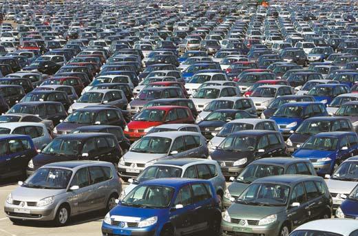 RENAULT - Stock de voitures neuves parc usine