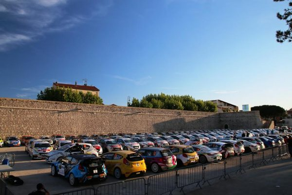 Rallye-dAntibes-2016-Le-parc-fermé-u-pied-des-remparts-de-la-vieille-ville-photo-Jean-François-THIRY