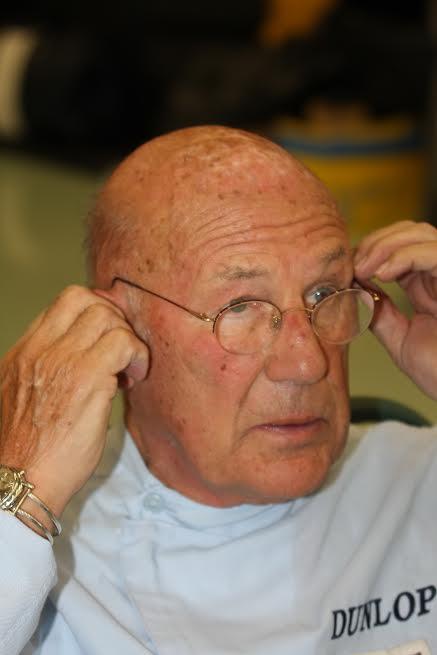 Sterlin-Moss-portant-à-son-poignet-droit-la-fameuse-montre-offerte-par-Fangio-©-Manfred-GIET