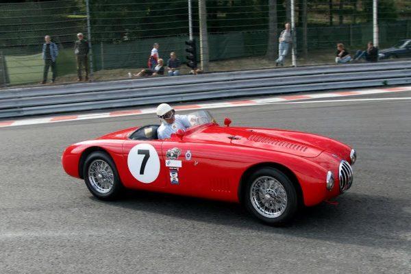 Sterling-Moss-au-volant-de-lOSCA-MT4-sur-laquelle-il-remporta-sa-1ére-victoire-dans-le-Championnat-du-monde-des-voitures-sport-en-1954-©-Manfred-GIET