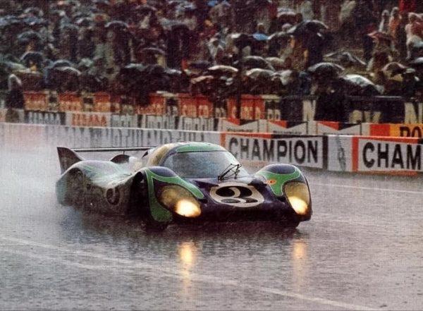24 HEURES DU MANS 1970 la PORSCHE 917 de GERARD LARROUSSE et Hans HERMANN sous des trombes d'eau le samedi juin.j