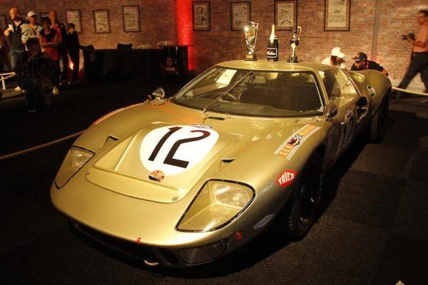 24-HEURES-DU-MANS-2015-Expositionb-DUEL-FORD-FERRARI-des-années-La-Ford-GT-40-de-1968-Photo-Patrick-MARTINOLI.