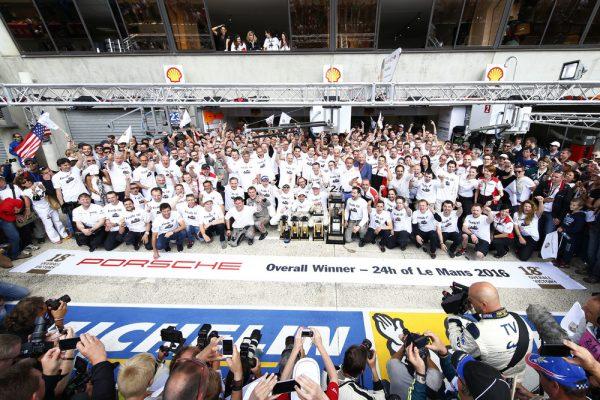 24-HEURES-du-MANS-2016-Le-Team-PORSCHE-et-les-pilotes-de-la-PORSCHE-N°2-victorieuse-ce-19-juin