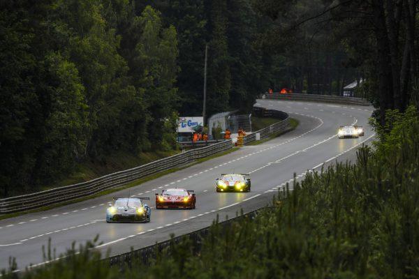 24-HEURES-du-MANS-2016-Mercredi-15-Juin-La-Porsche-911-RSR-N°77-du-Dempsey-Proton-Racing-de-Richard-Lietz-Michael-Christensen-Philipp-Eng-devant-les-FERRARI-AF-Corse.