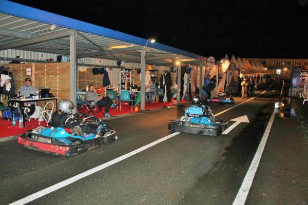 24-Heures-Karting-JPJAUSSAUD-Ambiance-de-nuit-dans-les-stands-Photo-Emmanuel-LEROUX.