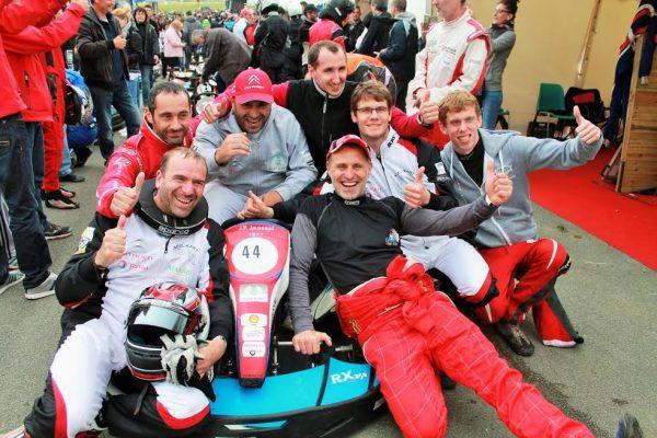 24-Heures-Karting-JPJAUSSAUD-La-joie-des-vainqueurs-au-général-Photo-Emmanuel-LEROUX.