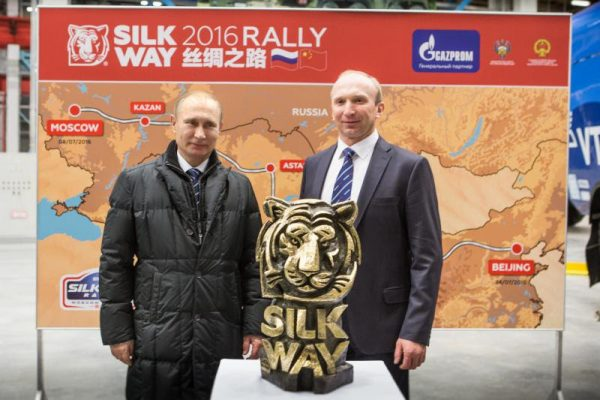 SILK-WAY-2016-Vladimir-Poutine-a-rencontré-le-Directeur-de-lOrganisation-du-Silk-Way-Rally-Vladimir-Chagin
