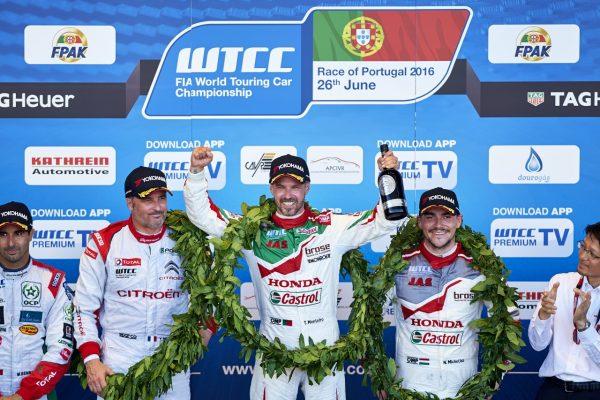 WTCC-2016-VILA-REAL-Le-podium-de-la-seonde-course-avec-MONTEIRO-1er-devant-MULLER-et-MICHELISZ