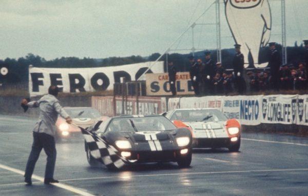 24 HEURES DU MANS 1966 Arrivée triomphale des trois FORD GT 40 (image archives Shelby-American)