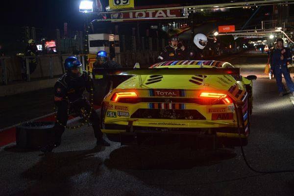 24-HEURES-de-SPA-2016-La-LAMBORGHINI-HURACAN-du-Team-BRATISLAVA-N°69-en-arret-ravitaillement-cette-nuit-Photo-Nicolas-PALUDETTO