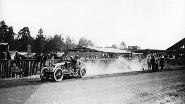 F1-En-1906-Renault-et-sa-révolutionnaire-Type-AK-confiée-à-Ferenc-Szisz-ont-remporté-au-Mans-le-tout-premier-GP.
