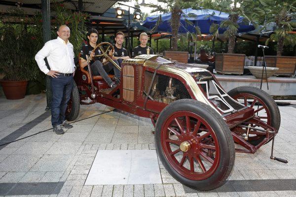 1 - les pilotes RENAULT 2016 fetent a BUFDAPEST la RENAULT Type AK confiée au Hongrois Ferenc Szisz qui remporta au Mans le tout premier GP en 1906