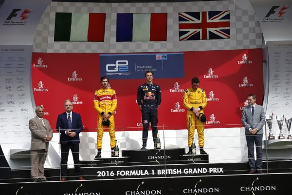 GP2-SERIES-2016-SILVERSTONE-PIERRE-GASLY-sur-la-plus-haute-marche-du-podium-de-la-1ére-course-le-9-juillet.