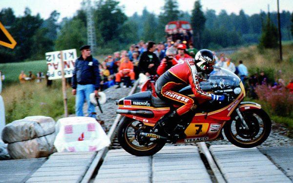 MOTO-GP-FINLANDE-1975-A-IMATRA-BARRY-SHEENE-au-guidon-de-la-SUZIKI-500