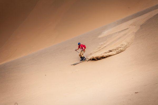 SILK-WAY-2016-Luc-ALPHAND-se-détend-pendant-les-reconnaissances-en-pratiquant-dans-les-dunes-le-ski.jpg