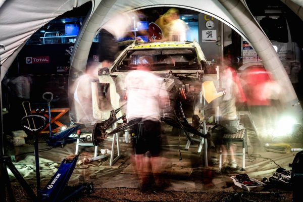 SILK-WAY-RALLY-2016-Chez-PEUGEOT-on-travaille-tard-au-coeur-de-la-nuit.