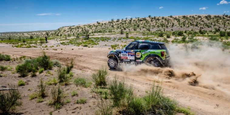 SILK-WAY-RALLY-2016-La-MINI-de-YAZEED-AL-RAHJI-et-TIMO-GOTTSCHALK.jpg