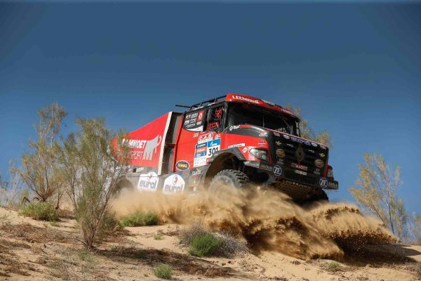 SILK WAY RALLY 2016 - VDB LE HOLLANDAIS VOLANT avec son RENAULT SHERPA.