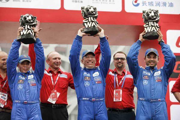 . SOLK WAY RALLY 2016 La joie du vainqueur en camion AIRAT MARDEEV felicité par le TSAR et ancien Vainqueur desormais patron du SILK WAY, VLADIMIR CHAGIN.