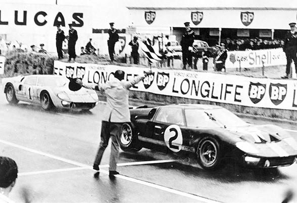 24-HEURES-DU-MANS-1966-Arrivée-de-la-FORD-GT-40-N°1-de-Ken-MILES-et-Deny-HULME-ET-N°2-de-McLAREN-et-Chris-AMON-8-Metres-les-séparent.
