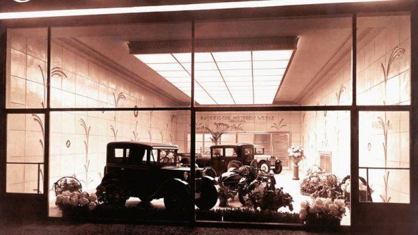 BMW Le hall d'exposirion de BERLIN avec la presentation de la DIXI en 1929.j