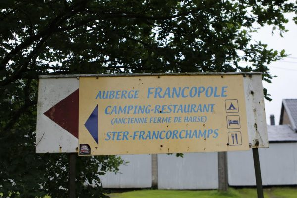 F1-GP-de-BELGIQUE-La-seule-indication-pour-accéder-à-lAuberge-Francople-de-STER-à-Francorchamps-©-Manfred-GIET.
