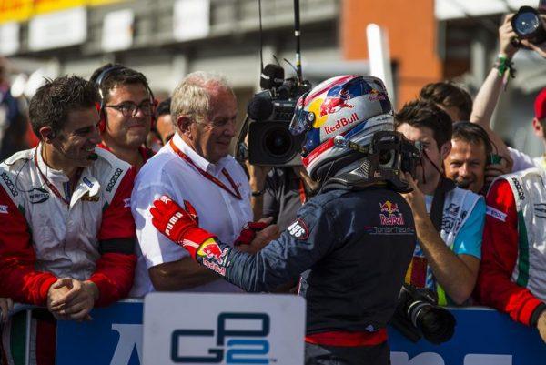 GP2 2016 SPA -Aprés sa victoire le samedi 27 aout lors de la 1ére course PIERRE GASLY est félicité par le Docteur HELMUT MARKO le boss de la filière RED BULL.