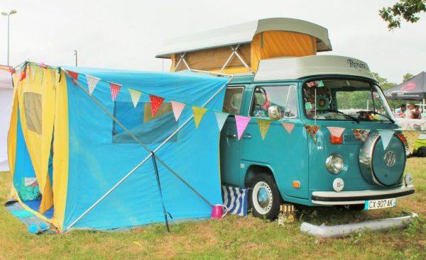 SUPER-VW-FESTIVAL-2016-Un-Combi-RIVIERA-avec-sa-rarisisme-tente-une-option-dépoque.-Photo-Emmanuel-LEROUX
