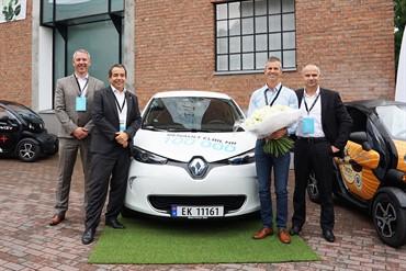 Renault-a-remis-la-clé-de-son-100-000e-VE-une-ZOE-à-Oslo-en-Norvège.