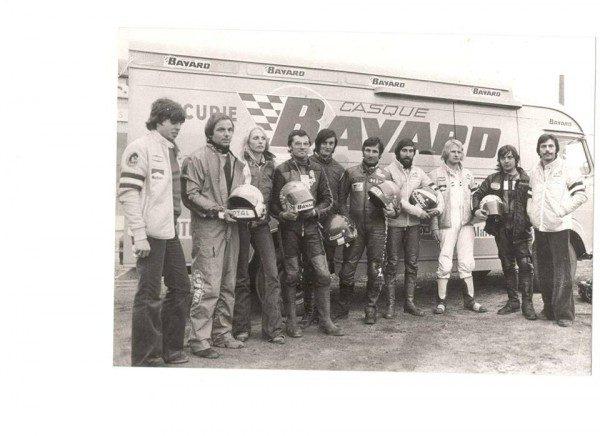 TOUR-DE-FRANCE-MOTO-1975-Didier-Roques-Rogery-Gilles-Desheulles-Jocelyne-Benoit-Jean-Luc-Deschamps-Philippe-Vassard-Yvon-Bontemps-Hubert-Rigal-Gilles-Gaignault-Gilles-Husson-et-Alain-Bolot