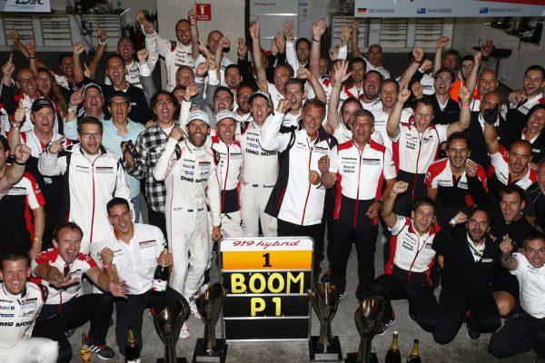 WEC 2016 MEXICO - L'equipe PORSCHE fete sa victoire.