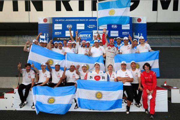 WTCC-2016-MOTEGI-CITROEN-et-les-fans-fetent-le-3éme-titre-de-JOSE-MARIA-LOPEZ.