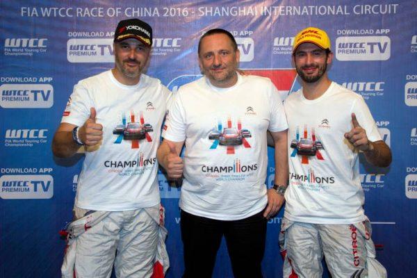 WTCC-2016-SHANGHAI-Les-pilotes-CITROEN-ici-avec-YVES-MATTON-le-pzatron-de-CITROEN-Competition-decrochent-le-titre-mondial-par-équipes-