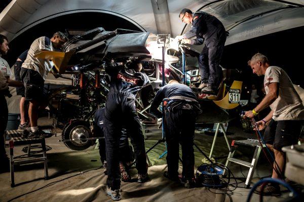 AU RALLYE OILYBIA DU MAROC 2016- Toute l'équipe PEUGEOT au bouilot pour reparer le 2008 DKR de Cyril DESPRES