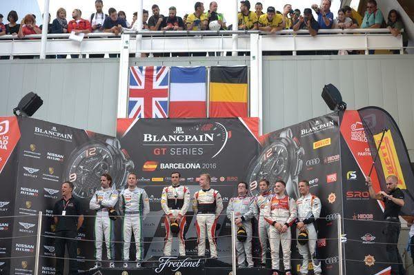 BLANCPAIN-2016-BARCELONE-2-Octobre-Le-podium-avec-les-pilotes-victorieux-de-la-MERCEDES-AKKA-de-VAUTIER-ROSENQVIST-Photo-Nicolas-PALUDETTO