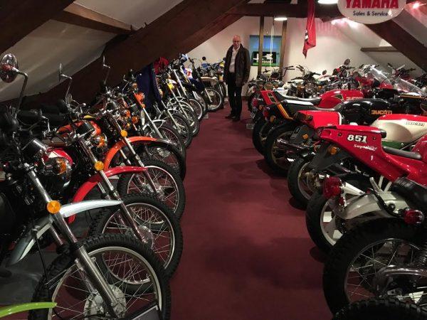 DAKAR D'ANTAN 29 Octobre 2016 Reunion en Sologne des DAKARIENS - Daniel ADRIAN visite l'une des salles d'exposition de la sublime collection des motos.