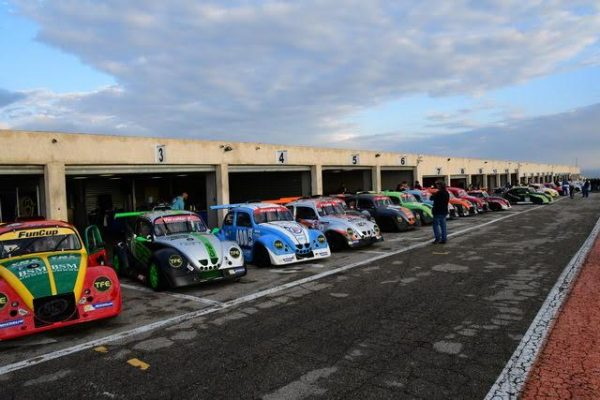 FunCup-Lédenon-2016-46-voitures-au-départ-cest-rare-lors-de-lavant-dernière-course-de-la-saison-Photo-Daniel-NAULY.