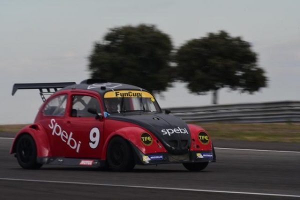 FunCup-Lédenon-2016-La-9-SPebi-est-un-des-plus-vieux-chassis-mais-incroyablement-toujours-aussi-rapide-Photo-Daniel-NAULY