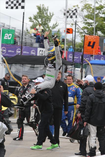 INDYCAR-2015-DETROIT-SEBASTIEN-BOURDAIS-victorieux-le-31-mai-de-la-seconde-course-avec-sa-DALLARA-CHEVY-du-Team-KV-porté-en-triomphe.
