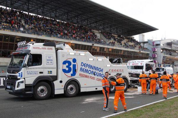LE-MANS-24-H-Camions-IMPRESSIONNNTE-la-dépanneuse-en-piste-aprés-le-crash-de-JOHN-HEMMING-Photo-Thierry-COULIBALY