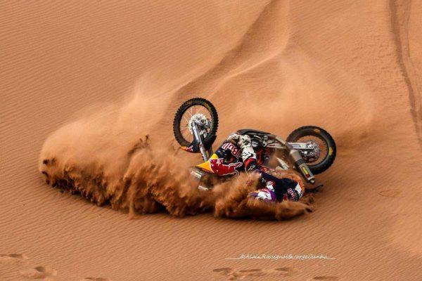 RALLYE OILYBIA du MAROC 2016 - TOBY PRICE le leader en moto en situation délicate -Photo Alain ROSSIGNOL.