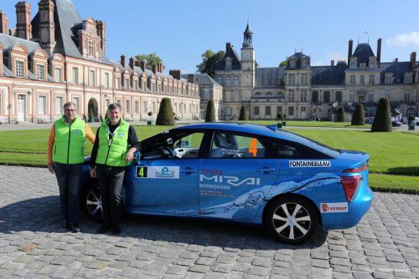 RALLYE-e-MONTE-CARLO-2016-Les-FUTURS-vainqueurs-Artur-PRUSAK-et-Thierry-BENCHETRIT-avant-le-depart-devant-le-Chateau-de-FONTAINEBLEAU