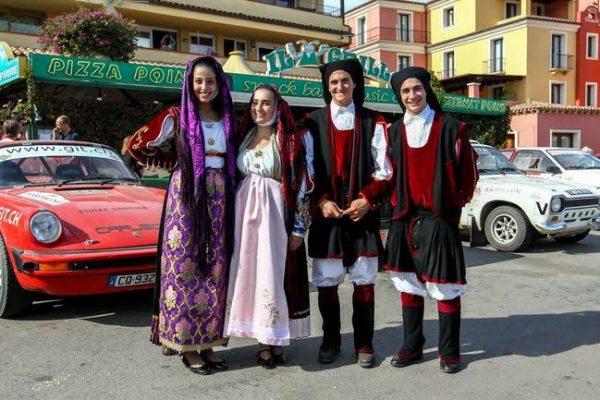 Sardaigne-Historic-2016-Ambiance-Sarde-au-pied-du-podium-a-PALAU