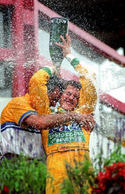 Spa-1992-Schumacher-arrose-Briatore-du-champagne-de-sa-1ére-victoire-en-F1-©-Manfred-GIET