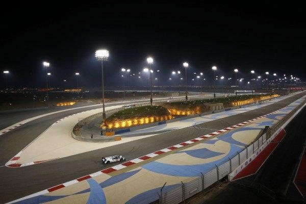 WEC-2015-BAHREIN-La-Porsche-919-Hybrid-de-Timo-Bernhard-Brendon-Hartley-Mark-Webber-pendant-la-seconde-session-des-essais-libres-à-la-nuit-tombante