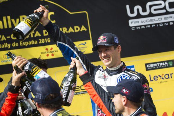 WRC-2016-CATALOGNE-Seb-OGIER-et-Julien-INGRASSIA-sur-la-plus-haute-marche-du-odium-de-nouveau-sacrés-CHAMPIONS-du-MONDE