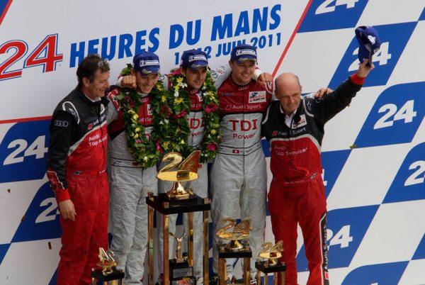 24-HEURES-DU-MANS-2011-VICTOIRE-DES-PILOTES-AUDI-TRELUYER-FASSLER-LOTTERER-sur-le-podium-avec-le-Docteur-WOLFGANG-ULLRICH.